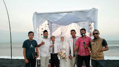 Unik, Sepasang Kekasih Ini Nikah Di Pantai Dengan Maskawin Secawan Pasir Besi