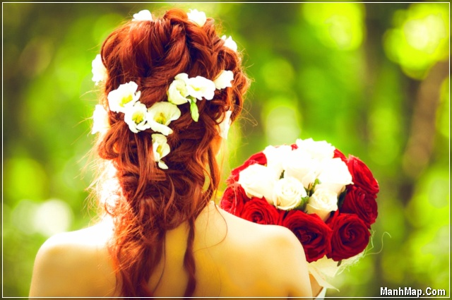 cô gái cầm bó hoa