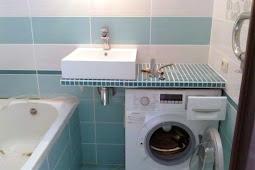 Wie man Waschmaschine in einem kleinen Badezimmer in der rechten Weise für platzsparend setzt