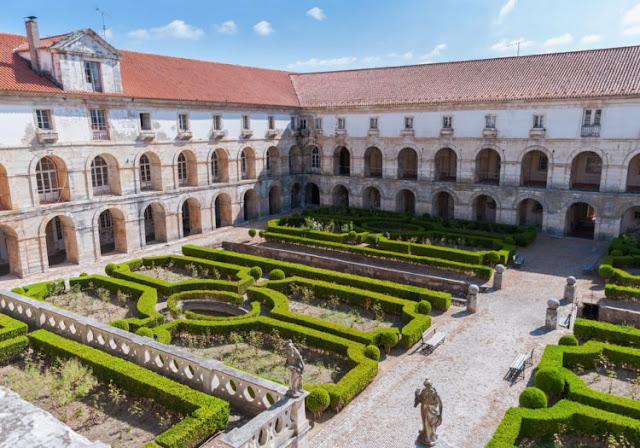 O pátio do mosteiro Abadia de Santa Maria de Alcobaça