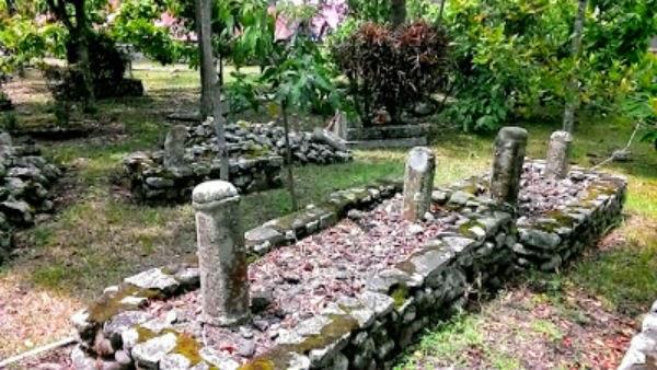 Nisan Bercorak phallus di kompleks Makan Balerong Sati
