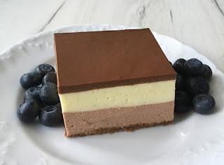 Sernik dwukolorowy z polewą czekoladową