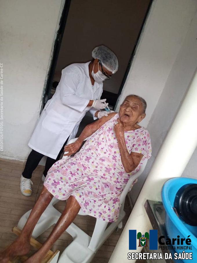 Idosa de 106 anos é imunizada contra a Covid-19, em sua residência, na cidade de Cariré