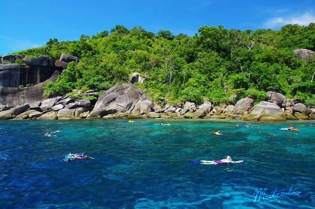 เกาะหกหรือเกาะปายู ตั้งอยู่ในเขต อุทยานแห่งชาติหมู่เกาะสิมิลัน เป็นเกาะที่นักท่องเที่ยวนิยมดำน้ำดูปะการัง มีจุดดำน้ำลึก-ตื้นหลายจุด จุดดำน้ำลึกที่เป็นที่นิยม ชื่อ Deep six