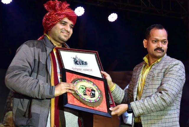 Film Critic Murtaza Ali Khan felicitated by SSP Jay Raj Kuber of MP Police at the 2019 Khajuraho International Film Festival