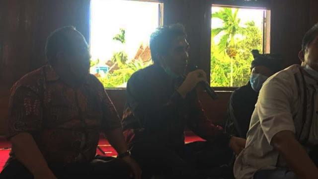 Wardarusmen, Kepala Dinas Kearsipan dan Perpustakaan Provinsi Sumatera Barat saat bicara pada diskusi Grand Design Pemajuan Kebudayaan Nagari Koto Gadang Koto Anau, Sabtu 3 April 2021. (Dok. Istimewa)
