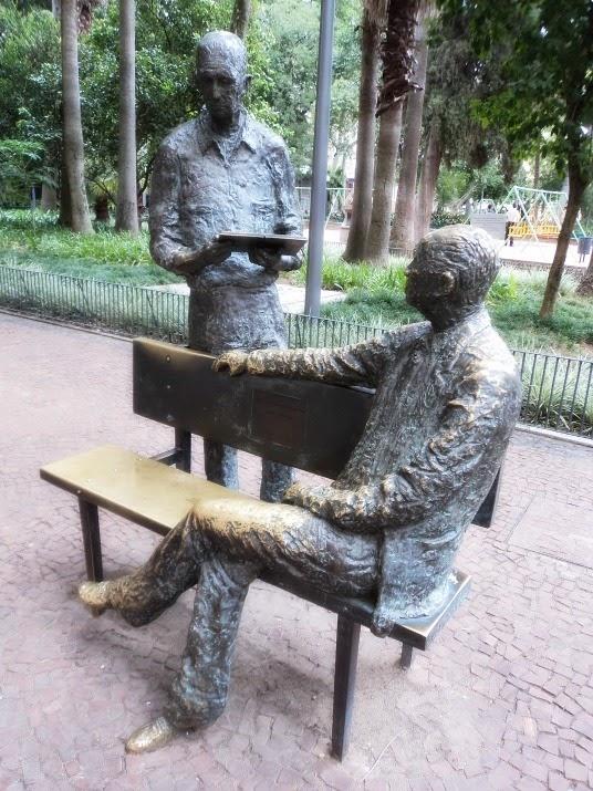 Esculturas de Carlos Drummond de Andrade e Mario Quintana, na Praça da Alfândega, em Porto Alegre