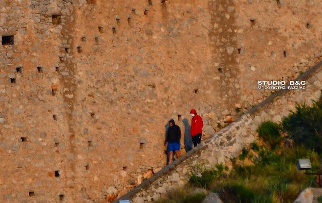 Η φωτογραφία της ημέρας: Με μάσκες ανεβοκατεβαίνουν τα σκαλιά στο Παλαμήδι