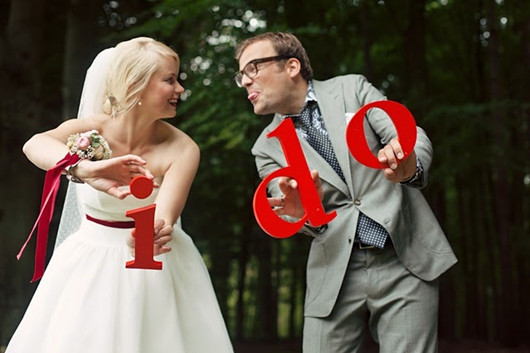 funny wedding photo poses red style