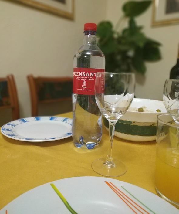 Agua mineral natural con gas Fuensanta