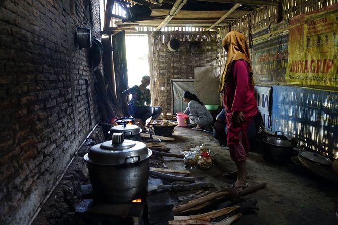 Para ibu memasak di dapur rumah warga yang punya hajatan