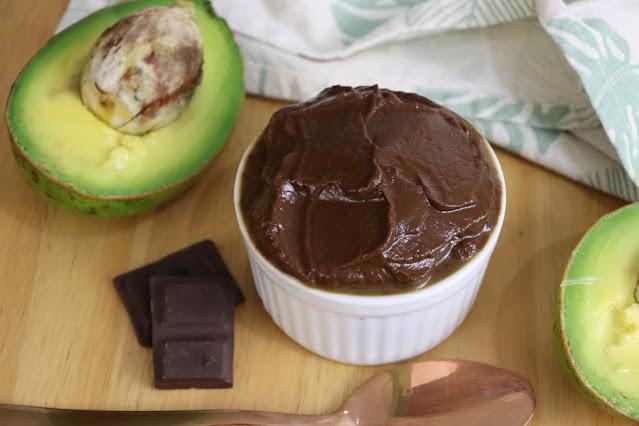 Substitua o creme de leite pelo abacate e crie ganache, pudim de cobertura de bolo