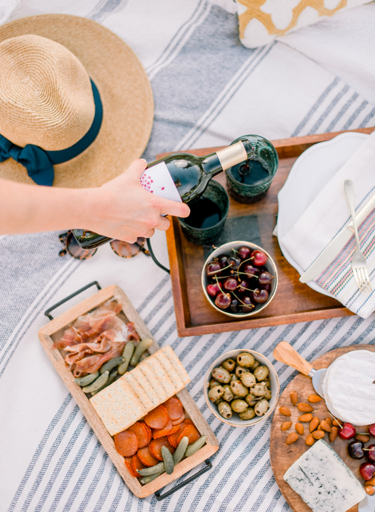 http://www.stylemepretty.com/2016/09/24/the-sweetest-picnic-proposal/