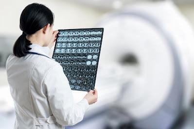 Doctora con Imágenes por resonancia magnética