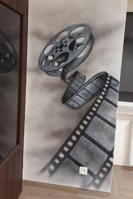 Artystyczne malowanie ścian, czarno-biały obraz namalowany na ścianie, mural 3D, grafika ścienna - klisza.