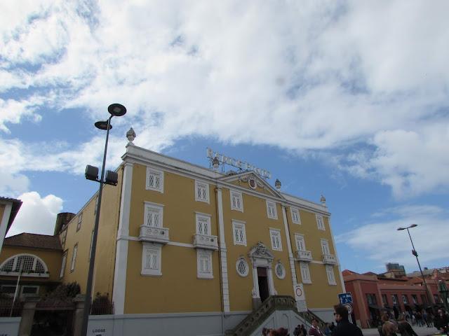 fachada da casa amarela da Ramos Pinto