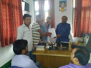 नरकटियागंज टीपी वर्मा कॉलेज में अनियमितता के विरुद्ध प्रचार्च को ज्ञापन