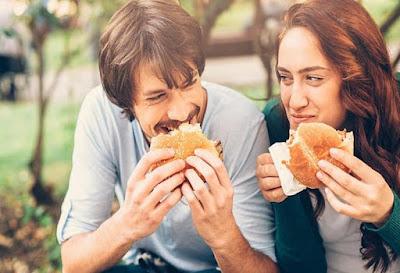 Έρευνα αποκάλυψε ποια φαγητά αντί να σε χορτάσουν σε κάνουν να πεινάς