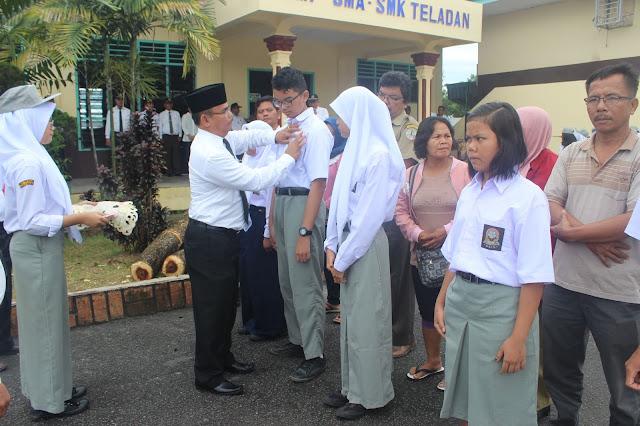 Orang Tua Hantarkan Anak ke SMA-SMP-SMK Teladan P.Siantar : Semoga Anak Kami Menjadi Manusia Berkualitas