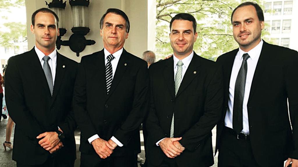 Alexandre de Moraes envia à PGR notícia-crime contra Bolsonaro, Flávio e Eduardo