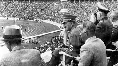 Fotografía de Adolf Hitler en el Estadio Olímpico de Berlín en 1936