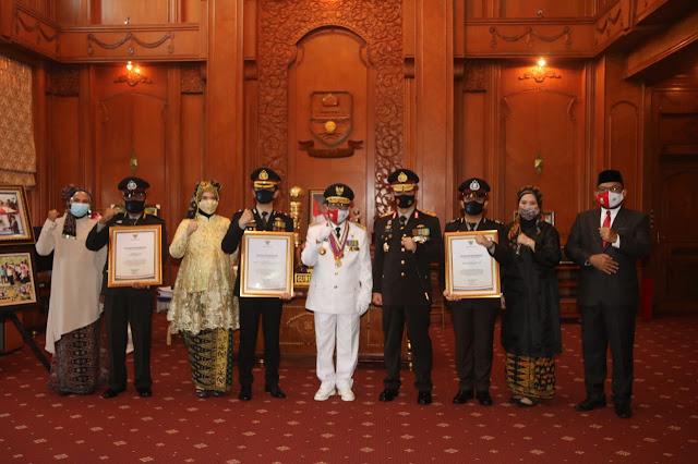 Kapolda Bersama Gubernur Jambi Serahkan Penghargaan Kepada Tiga personel Polres Muaro Jambi