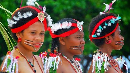 Kepulauan di Papua Nugini Ini Punya Tradisi Bercinta Sejak Usia 6 Tahun