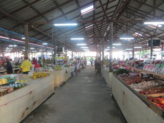 Проход для покупателей на рынке Маенам