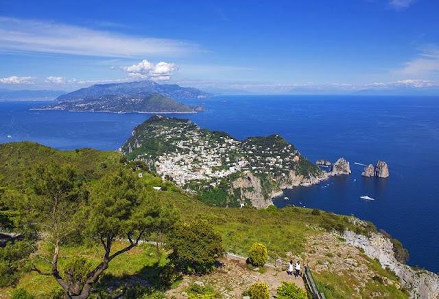 Vista do alto do Monte Solaro em Capri