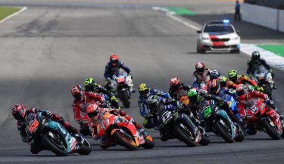 Marc Marquez mengalahkan Fabio Quartararo di MotoGP Thailand 2019. (Lillian SUWANRUMPHA / AFP)