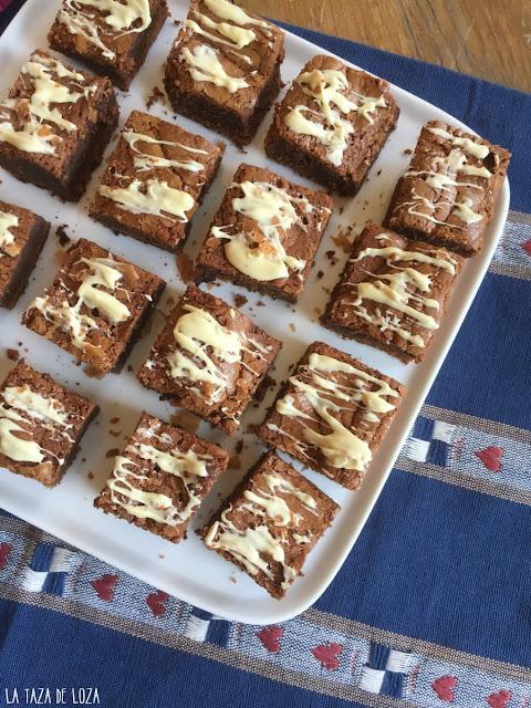 brownies-en-porciones-decorado-con-chocolate-blanco