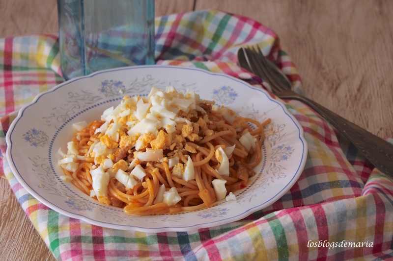 Espaguetis con carne y huevo