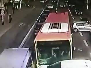 Βίντεο που κόβει την ανάσα: Λεωφορείο παρέσυρε 9 αυτοκίνητα, όταν ο οδηγός του έχασε τις αισθήσεις του