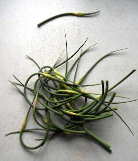 Стрелки чеснока удаляю, они очень вкусные и используются для еды