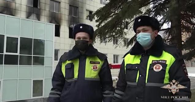 В Москве сотрудники ГИБДД спасли 12 людей из горящего здания