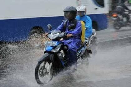 Tips Mengendarai Motor Saat Hujan Dengan Aman