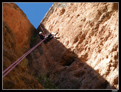 Rápel volado en el descenso por los volados del Pisón