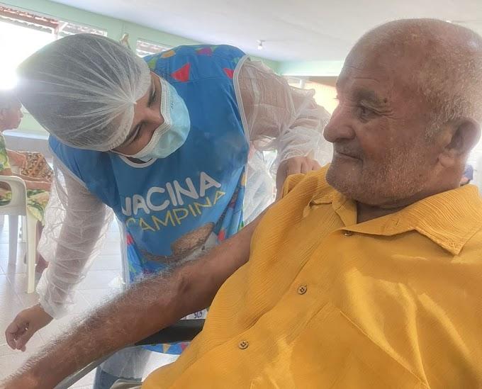 COVID-19: Secretaria de Saúde aplica terceira dose de vacina em idosos de 85 anos acima, nesta terça-feira