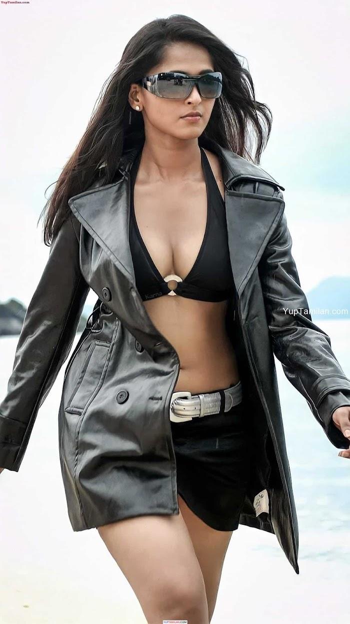 Anushka Shetty Seducing Bikini Photos-Sexy Cleavage Images