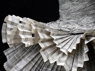 baju cantik yang terbuat dari koran bekas