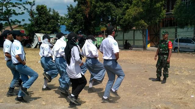 Babinsa Koramil 02 Jogonalan Latih PBB Siswa SMA