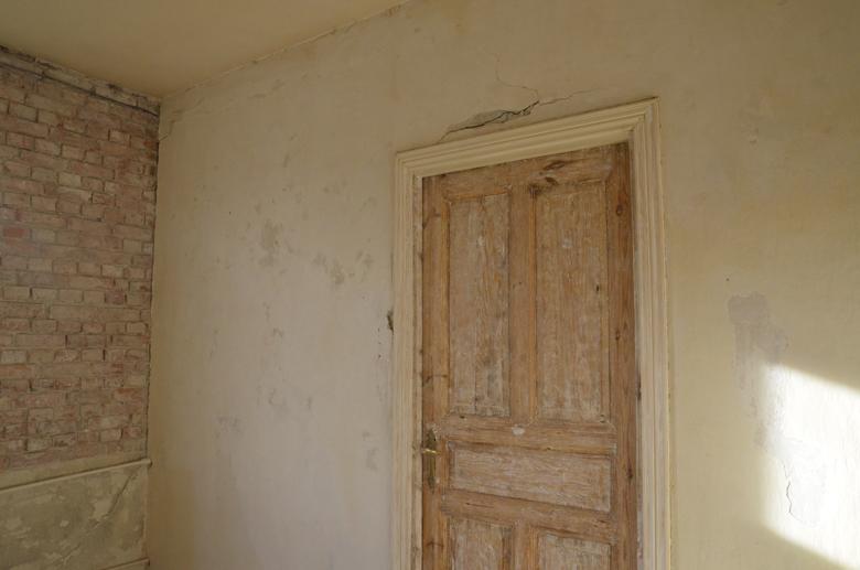 stare drzwi częściowo oczyszczone