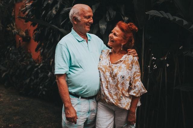 """Viele Menschen suchen online nach aktiven Erwachsenengemeinschaften, aber was ist eine aktive Erwachsenengemeinschaft und warum sind sie so wünschenswert? In diesem kurzen Artikel werden wir diese Gemeinschaften untersuchen und erklären, warum sie so wünschenswert sind.    Aktive Erwachsenengemeinschaften sind größtenteils für Senioren ab 55 Jahren gedacht, die ein Haus in einer privaten Gemeinschaft kaufen möchten, die einen aktiven Lebensstil fördert.    Während sich die meisten Gemeinschaften auf Personen über 55 konzentrieren, entsteht für verheiratete Paare ab 40 Jahren ohne Kinder eine neue Welle der Erwachsenengemeinschaft. Diese Paare, die gemeinhin als """"Dinks"""" bezeichnet werden, haben in den letzten Jahren an Zahl zugenommen, und Entwickler haben begonnen, darauf zu reagieren, indem sie entweder die Satzung der Gemeinschaft geändert oder neue Gemeinschaften geschaffen haben, um ihren Bedürfnissen gerecht zu werden.    Ein aktiver Lebensstil ist der rote Faden in all diesen Gemeinschaften. Community Social Directors koordinieren Aktivitäten im Community Fitness Center, einschließlich Übungsklassen, die von zertifizierten Trainern, Schwimmkursen und Social Clubs veranstaltet werden.    In vielen Fällen stehen den Bewohnern Schwimmbäder und Tennisplätze das ganze Jahr über zur Verfügung. Einige Gemeinden haben sogar Golfplätze für begeisterte Golfer. Diejenigen, die keine Golfplätze haben, haben im Allgemeinen Vereinbarungen mit lokalen öffentlichen und halbprivaten Plätzen."""
