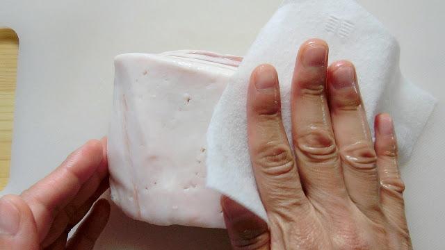 浸け込んだ後、キッチンペーパーで表面の水分を優しく叩くように取り除いてから使います。