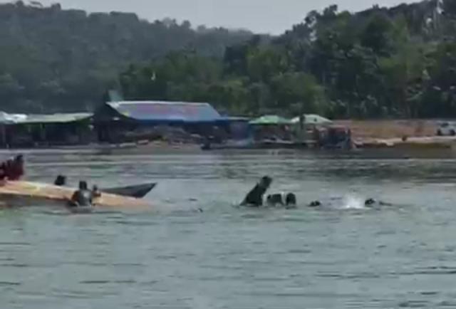 Perahu terbalik Akibat Penumpang Berebut Selfie