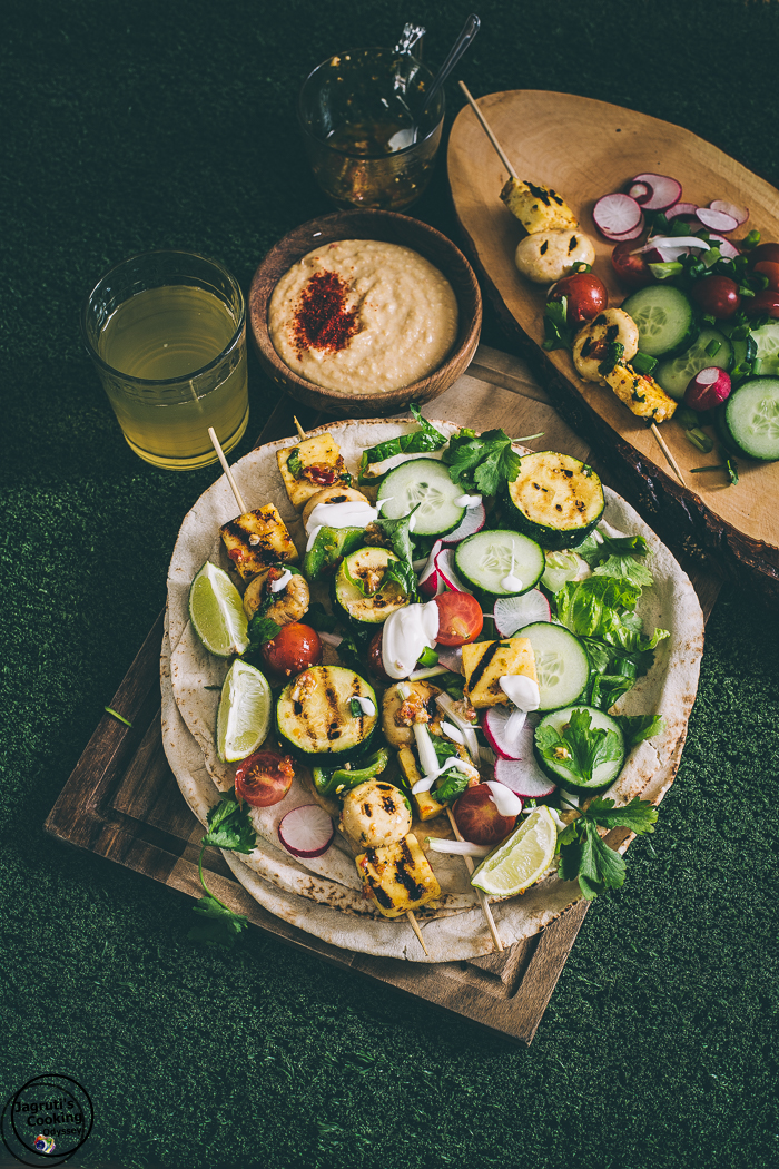 These Halloumi and Mushroom skewers served on flatbread alongside with healthy hummus and fresh salad, creates a delicious and fresh meal.