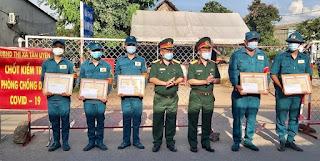 Khen thưởng đột xuất các chiến sĩ dân quân