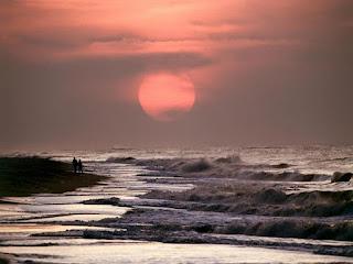 puesta-de-sol-entre-nubes-sobre-la-playa