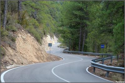 Curiosa sucesión de curvas en la carretera que une Poyatos y Fuertescusa
