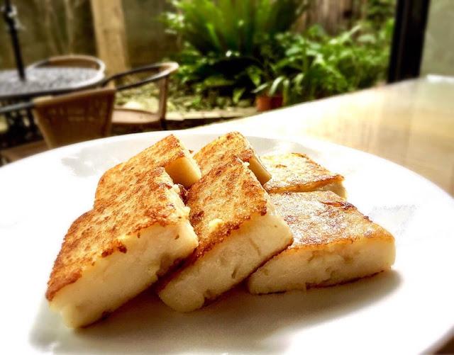 Một bữa điểm tâm truyền thống bao gồm nhiều loại bánh bao khác nhau như xoa thiêu bao, bánh bao gạo hoặc lúa mì và bánh phở, có chứa một loạt các thành phần, bao gồm thịt bò, thịt gà, thịt lợn, tôm và lựa chọn ăn chay. Nhiều nhà hàng điểm tâm cũng cung cấp đĩa rau xanh hấp, thịt nướng, cháo và các loại súp khác. Món tráng miệng cũng có sẵn và nhiều nơi còn có cả bánh trứng ăn kèm. Điểm tâm thường được ăn như bữa sáng hoặc bữa nửa buổi.